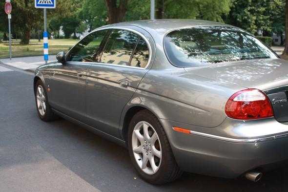 kennt sich einer aus mit einem jaguar S-Type, er meldet mit gelben ...